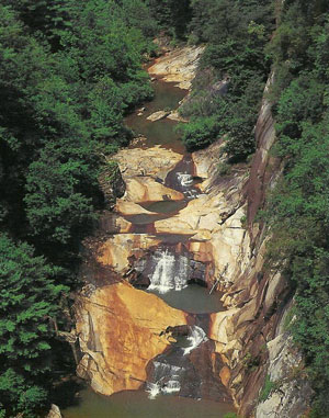 The nearby Tallulah Gorge State Park